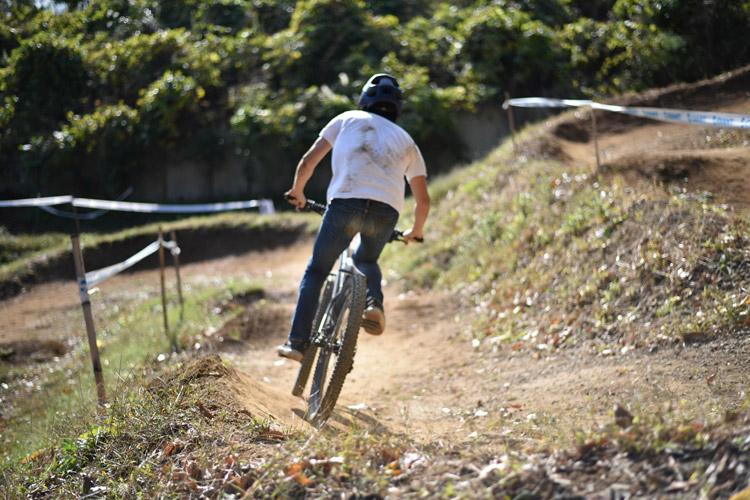 大盛り上がりのスマイルバイクパーク スラロームコース サモ