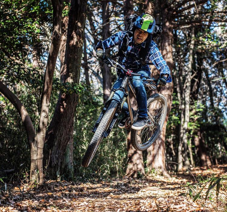 里山トレイルで ドロッパーポスト BIKEYOKE REVIVEをインストールしたcroMOZU275で斜め刺しバニーホップ