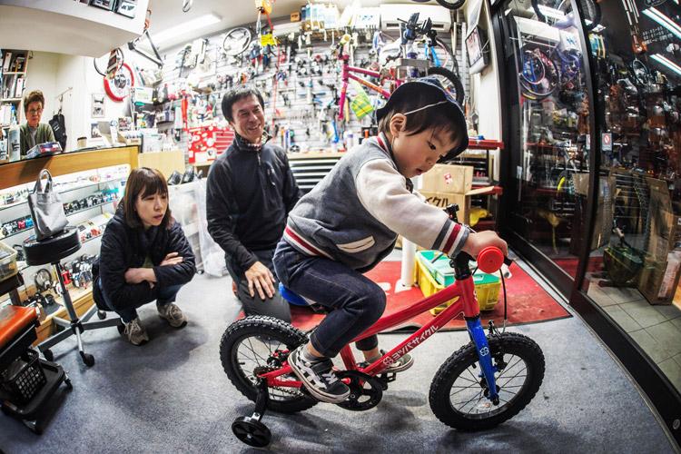 小川輪業でヨツバサイクルのYOTSUBA14を叶大に購入