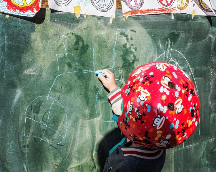 秋ヶ瀬の森バイクロア7の落書き黒板で自転車を描く叶大