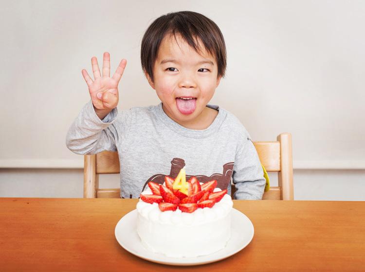 叶大の4歳の誕生日 バースデーケーキと一緒に
