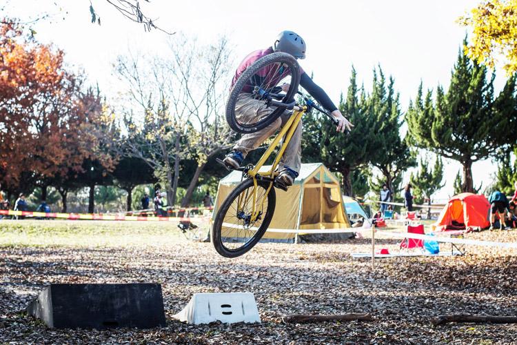 秋ヶ瀬の森バイクロア7でバニーホップ&ジャンプ講習会でakaMOZUで飛ぶ森田君