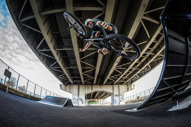 新見沼大橋スポーツ広場スケートパーク SHAKA24 クォーターパイプ飛び出しテーブルトップ インバート