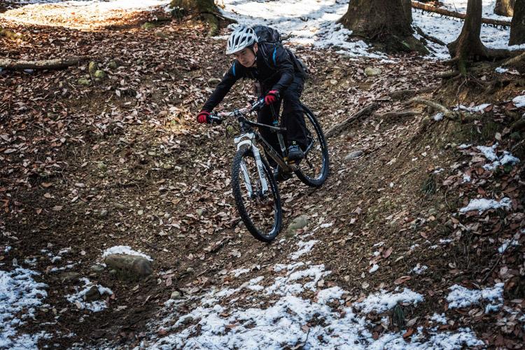 雪のトレイルライド 急斜面を下るマキシマさん