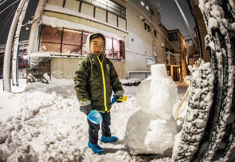 叶大と家の前で雪だるまとかまくら作り