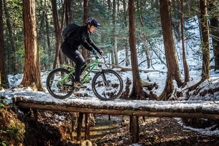 雪のトレイルライド 雪の橋を渡るtksgさん