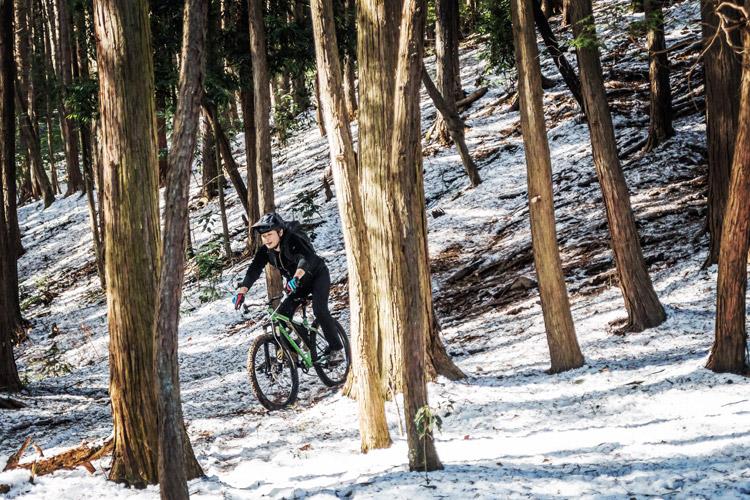 雪のトレイルライド 急斜面を下るtksgさん