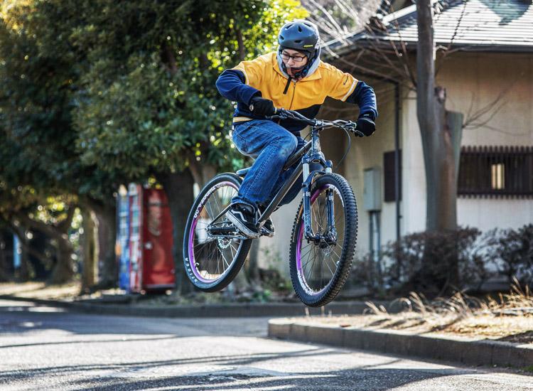 影山輪業 横須賀 上町店の安田店長と愛車のTUBAGRA akaMOZUバイク バニーホップ