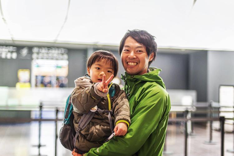 羽田空港で叶大を抱き上げる