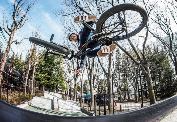 世田谷公園SLスケートパークのクォーターパイプでエアターンインバート練習 SHAKA24