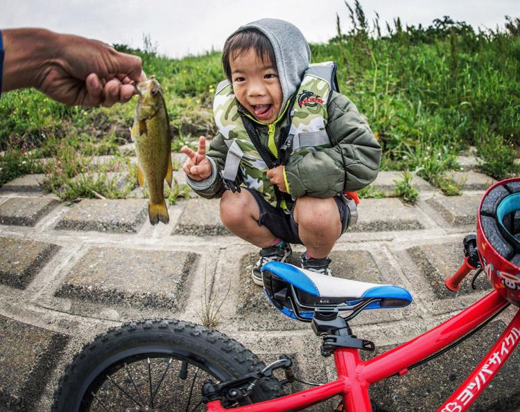 多摩川でスモールマウスバスを釣っておどける叶大