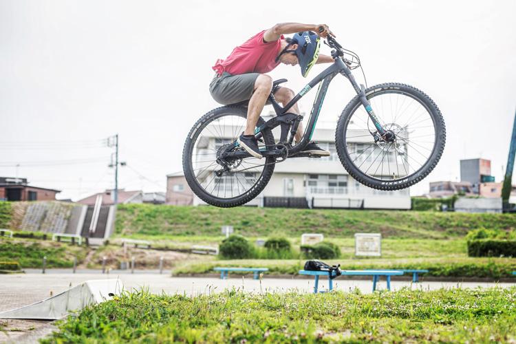 多摩川河原ダートコース KONA PROCESS 153 AL 携帯ジャンプランプ練習 刺しエアー