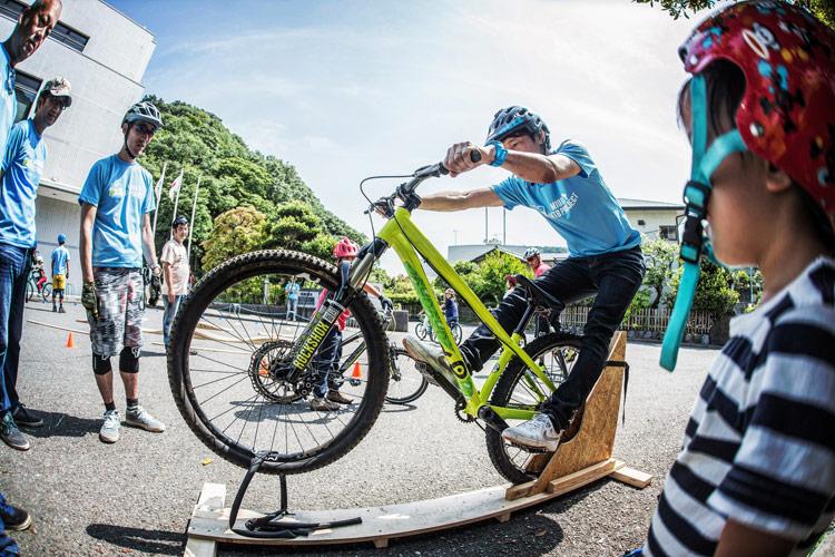 三浦半島マウンテンバイク・プロジェクト主催のマウンテンバイクを体験してみよう!@葉山まちづくり展 マニュアル養成ギプス