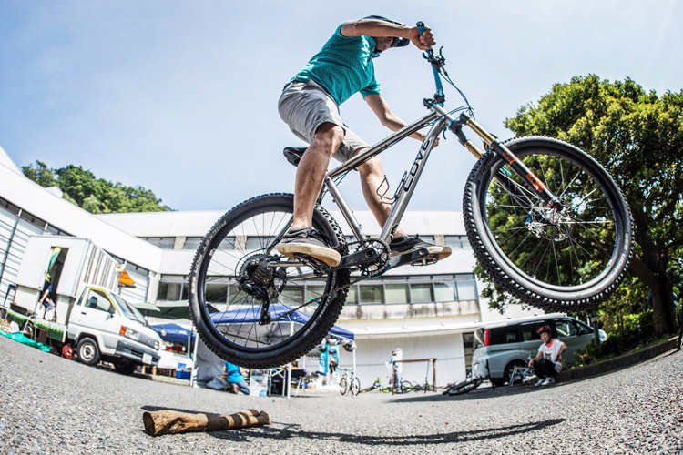 三浦半島マウンテンバイク・プロジェクト主催のマウンテンバイクを体験してみよう!@葉山まちづくり展 流木でファイアークラッカーするサモ