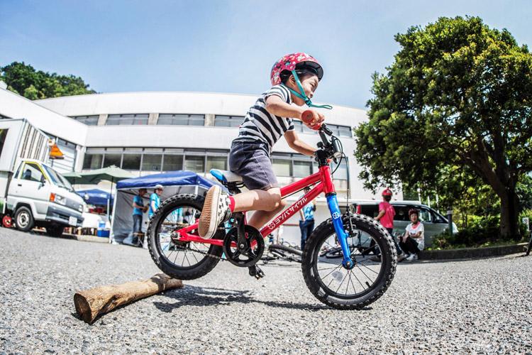 三浦半島マウンテンバイク・プロジェクト主催のマウンテンバイクを体験してみよう!@葉山まちづくり展 流木でファイアークラッカー失敗する叶大