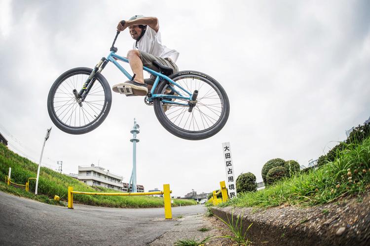 SHAKA24 多摩川河原サイクリングコース 雨の中 植え込み超え 斜め刺しバニーホップ
