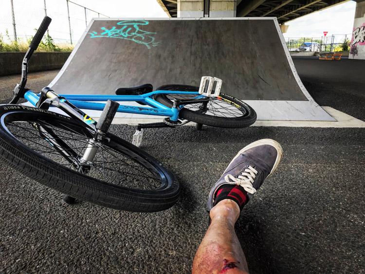 新見沼大橋スポーツ広場スケートパーク SHAKA24 テーブルトップ インバート練習失敗でかかと病