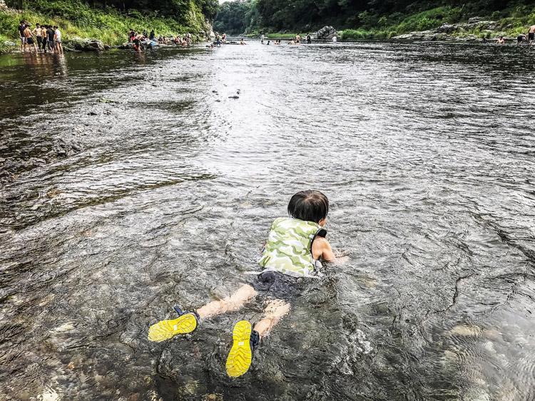 長瀞オートキャンプ場 荒川で水浴びする叶大