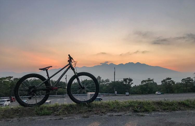 富士見パノラマ MTBファンミーティング FREERIDE GAMES croMOZU275 朝焼けの八ヶ岳を背景に