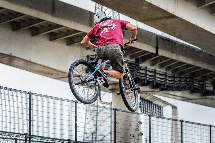大師河原公園スケートパーク SHAKA24 バンクバニーホップ 斜め刺し 雨の中 影山輪業オリジナルTシャツ
