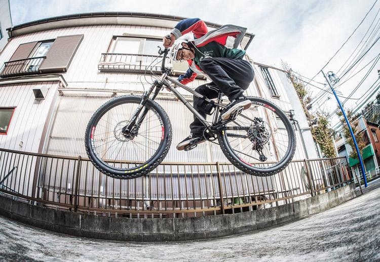 影山輪業 横須賀 上町店 安田店長のcroMOZU275バイク バニーホップ
