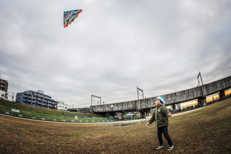 多摩川河原で凧揚げをする叶大