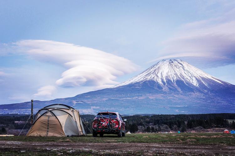 麓キャンプ場(ふもとっぱら)でオートキャンプ YAKIMA ホールドアップ 2台積載 50mm/2インチヒッチ角用バイクラック サイクルキャリア MAZDA CX-5