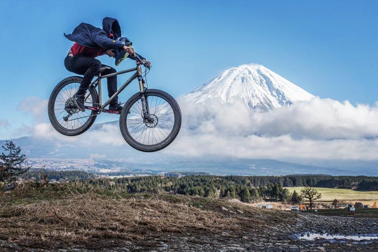 麓キャンプ場(ふもとっぱら)でオートキャンプ FUKUROU 刺しバニーホップ ファイアークラッカー 富士山背景