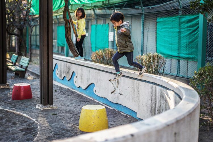近所の児童公園で高い一本橋から飛び降りる叶大