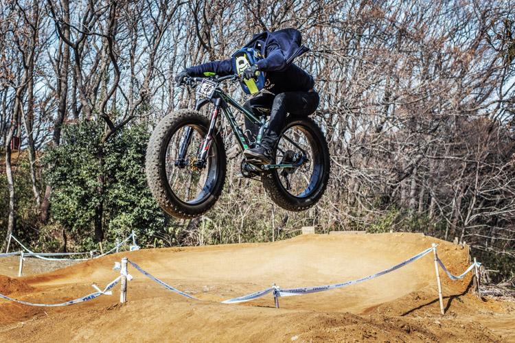 スマイルバイクパーク SBP 4連ジャンプ ファットバイク 刺しエアー