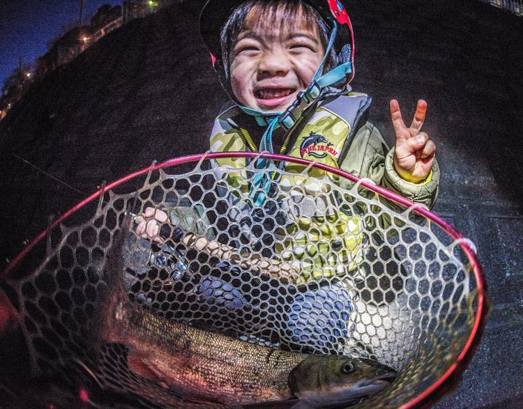 多摩川河原 マルタウグイ釣りをする叶大