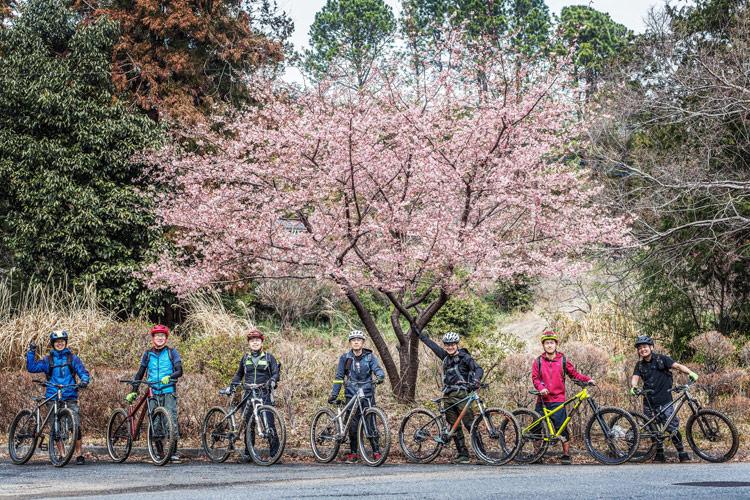 サタジュク トレイルライド 桜と一緒に集合写真