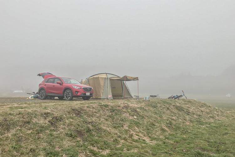麓キャンプ場(ふもとっぱら)でオートキャンプ 富士山背景 濃霧 MAZDA CX-5