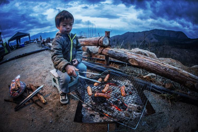 ほったらかしキャンプ場 ソーセージを焼く叶大