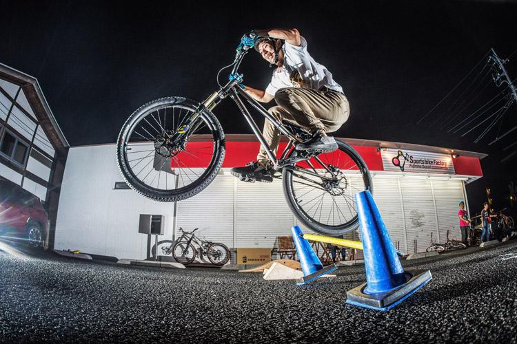 スポーツバイクファクトリーふじみ野スズキ 毎週金曜夜に開催 サタジュク 板倉さんバニーホップ