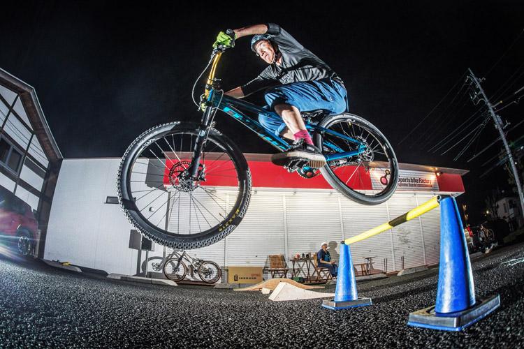 スポーツバイクファクトリーふじみ野スズキ 毎週金曜夜に開催 サタジュク 村井さんバニーホップ