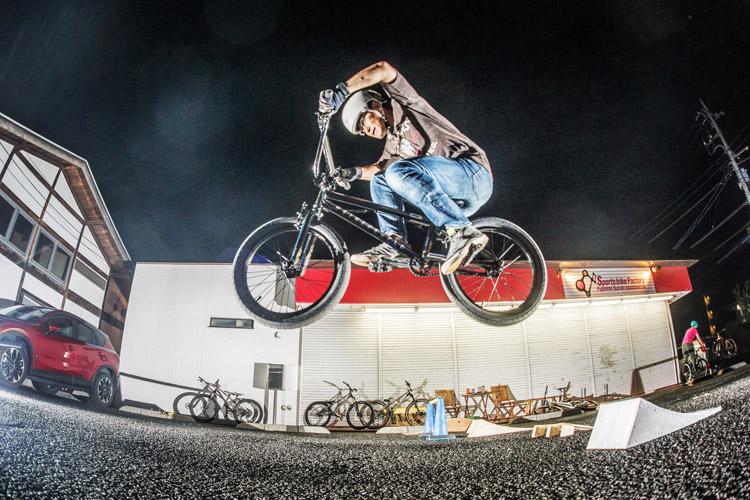 スポーツバイクファクトリーふじみ野スズキ 毎週金曜夜に開催 サタジュク 森山さんジャンプ