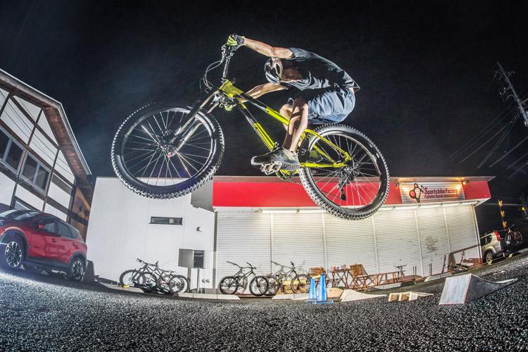 スポーツバイクファクトリーふじみ野スズキ 毎週金曜夜に開催 サタジュク 山崎君ジャンプ
