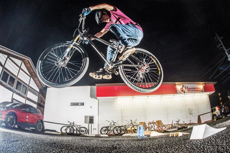 スポーツバイクファクトリーふじみ野スズキ 毎週金曜夜に開催 サタジュク 益子さんジャンプ