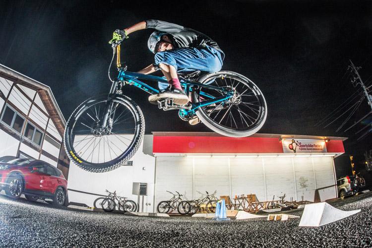 スポーツバイクファクトリーふじみ野スズキ 毎週金曜夜に開催 サタジュク 村井さんジャンプ