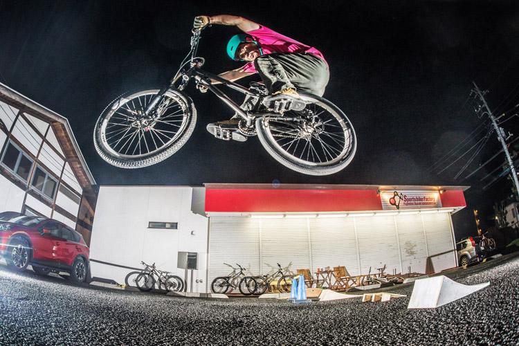 スポーツバイクファクトリーふじみ野スズキ 毎週金曜夜に開催 サタジュク 佐多さんジャンプ