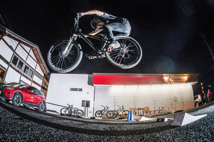 スポーツバイクファクトリーふじみ野スズキ 毎週金曜夜に開催 サタジュク 兼岡さんジャンプ
