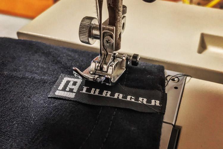 TUBAGRA Tシャツ作り ブランドタグ縫い付け