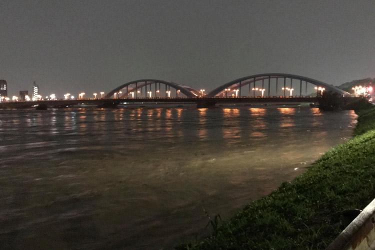 多摩川丸子橋 台風19号 濁流 土手