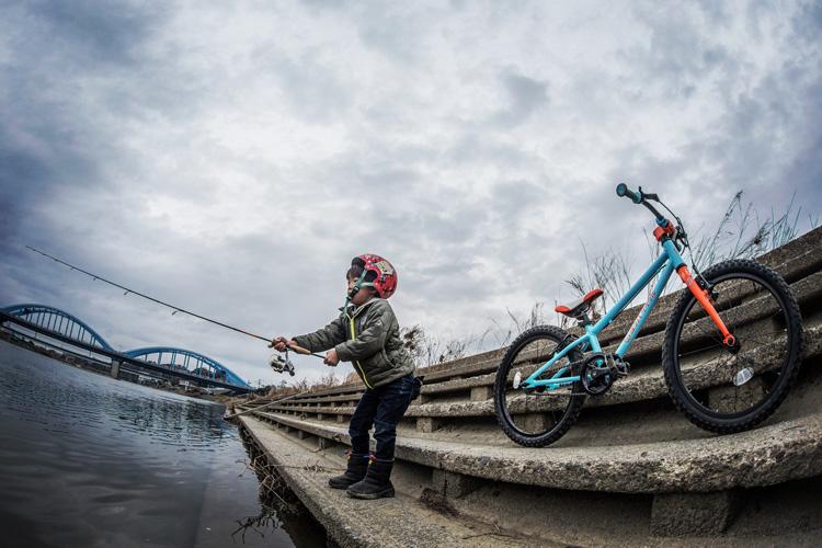 多摩川でルアーキャスティング練習をする叶大 ヨツバ20 ヨツバサイクル