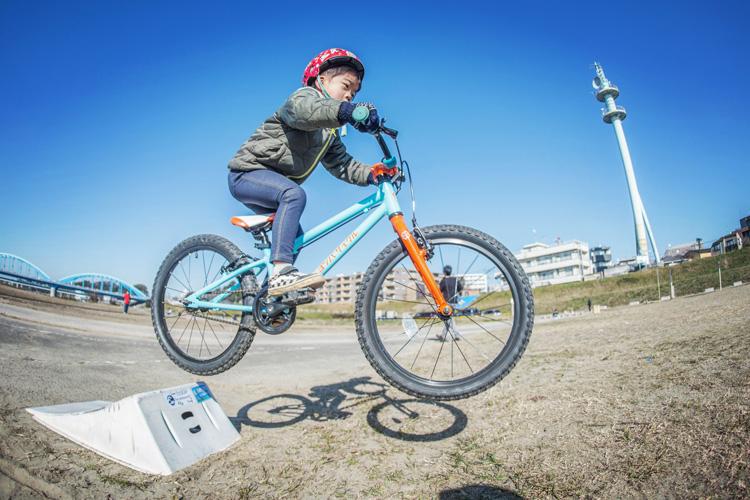 多摩川河原 ヨツバサイクル ヨツバ20 携帯ジャンプランプ ジャンプ練習する叶大