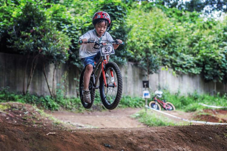 スマイルバイクパーク kidsMOZU ヨツバ20 叶大 4連ジャンプ