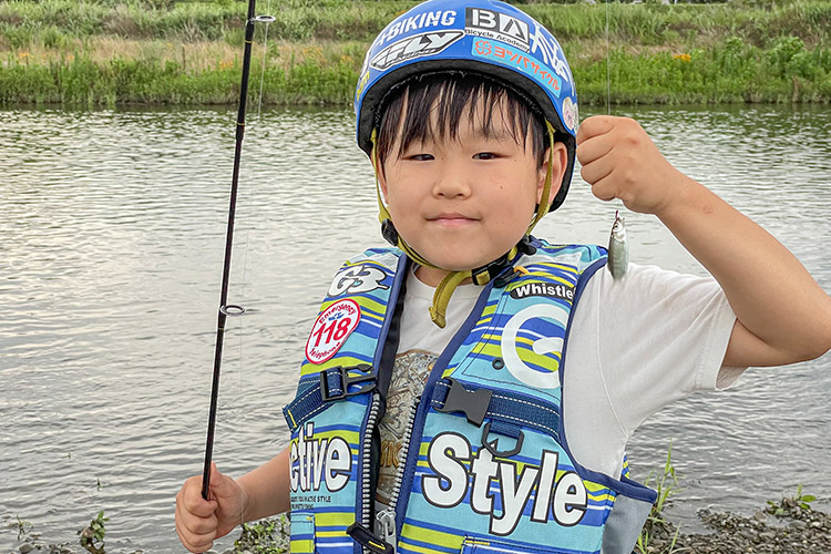 多摩川河原 BIKE&FISH オイカワ釣りをするミナト君