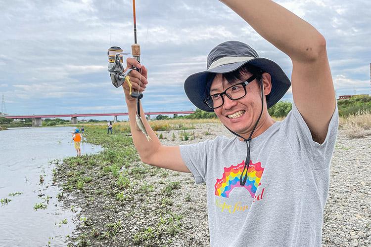 多摩川河原 BIKE&FISH オイカワ釣りをするミナト君のお父様